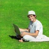 Jongen met computer Stock Afbeelding