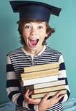 Jongen met de dichte omhooggaande foto van de boekstapel Stock Foto