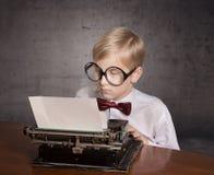 Jongen met de oude schrijfmachine Stock Foto