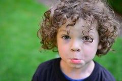 """Jongen met de """"Pretty Steenbolk van Please† Stock Foto's"""