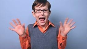 Jongen met de raad van de de verrassingsschool van de glazenschooljongen stock videobeelden