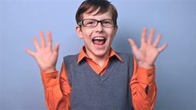 Jongen met de verrassing van de glazenschooljongen bij schoolraad stock footage