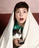 Jongen met de verschrikkingsfilm van het kattenhorloge Royalty-vrije Stock Afbeelding
