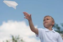 Jongen met document vliegtuig Stock Afbeeldingen