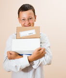 Jongen met dozen van pakketten in de handen stock fotografie