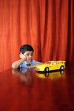 Jongen met droomauto Stock Fotografie