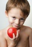 Jongen met een appel Stock Fotografie