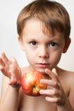 Jongen met een appel Stock Foto's