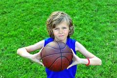 Jongen met een basketbal in openlucht Royalty-vrije Stock Afbeelding