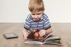 Jongen met een boek Stock Fotografie