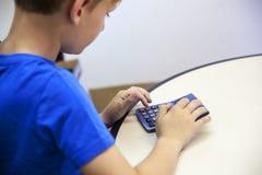 Jongen met een calculator royalty-vrije stock fotografie