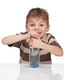 Jongen met een fles water Royalty-vrije Stock Afbeelding