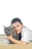 Jongen met een kat op een witte background12 stock foto's