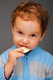 Jongen met een koekje Stock Afbeeldingen