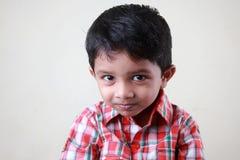 Jongen met een ongehoorzame glimlach Stock Foto