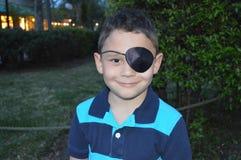 Jongen met een oogflard Stock Foto's