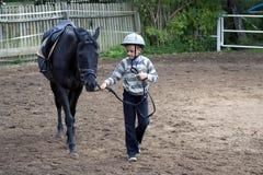 Jongen met een paard royalty-vrije stock fotografie