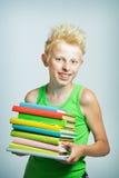 Jongen met een stapel boeken Stock Foto