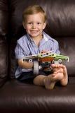 Jongen met een stuk speelgoed royalty-vrije stock foto's