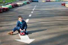 Jongen met een stuk speelgoed auto Royalty-vrije Stock Foto