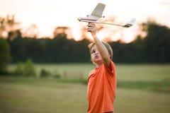 Jongen met een stuk speelgoed vliegtuig stock afbeeldingen