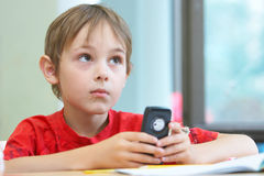 Jongen met een telefoon Royalty-vrije Stock Afbeeldingen