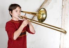 Jongen met een trombone royalty-vrije stock afbeeldingen