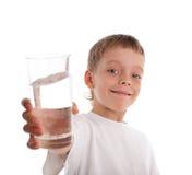 Jongen met een waterglas Stock Fotografie