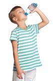 Jongen met fles water Stock Foto's