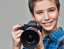Jongen met fotocamera die beelden nemen Stock Afbeeldingen