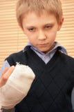Jongen met gebroken hand. royalty-vrije stock foto's