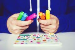 Jongen met gekleurde tellers in de handen stock afbeeldingen