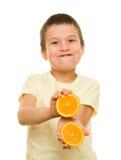 Jongen met gesneden sinaasappelen Royalty-vrije Stock Foto's
