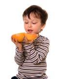 Jongen met grapefruit. Stock Afbeelding