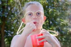 Jongen met grappig stro Stock Fotografie