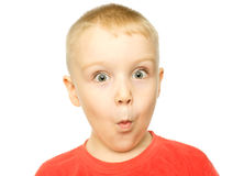 Jongen met grappige verbaasde uitdrukking Stock Foto's