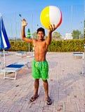 Jongen met groene en gele kostuumtreinen met de bal om v te spelen Royalty-vrije Stock Foto