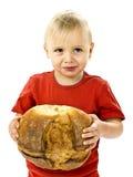 Jongen met groot brood Stock Foto