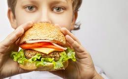 Jongen met hamburger royalty-vrije stock foto's