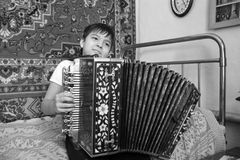 Jongen met harmonika zwart-witte foto stock afbeeldingen