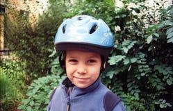 Jongen met helm Stock Foto