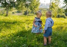 Jongen met het meisje in het park Stock Afbeelding