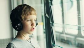 Jongen met hoofdtelefoons Stock Afbeelding
