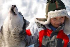 Jongen met huilende wolf Royalty-vrije Stock Afbeeldingen