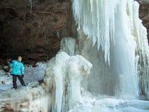 Jongen met ijskegeltribunes door de waterval Royalty-vrije Stock Afbeeldingen