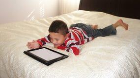 Jongen met iPad Stock Foto's