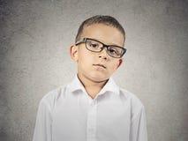 Jongen met judgmental gezichtsuitdrukking Stock Fotografie