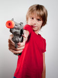 Jongen met kanonstuk speelgoed Royalty-vrije Stock Foto