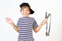 Jongen met katapult stock afbeelding
