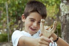 Jongen met katapult stock foto